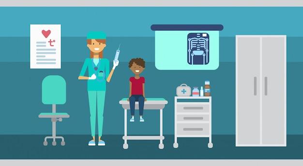 Médecin examinant un patient consultation médicale cliniques de soins de santé service hospitalier médecine bannière