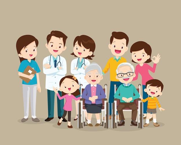 Médecin et famille avec grands-parents assis sur un fauteuil roulant