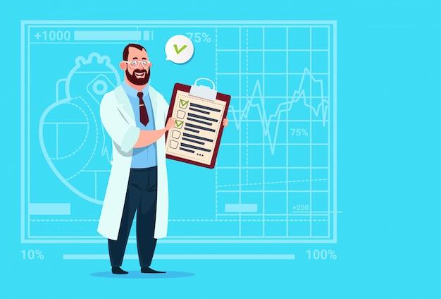Médecin tenant le presse-papiers avec les résultats de l'analyse et le diagnostic de l'hôpital des travailleurs des cliniques médicales