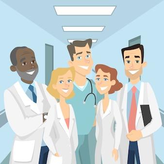 Médecins en clinique. hommes et femmes debout dans la salle ensemble.