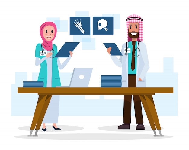 Médecins saoudiens de couple regardant des films radiographiques.