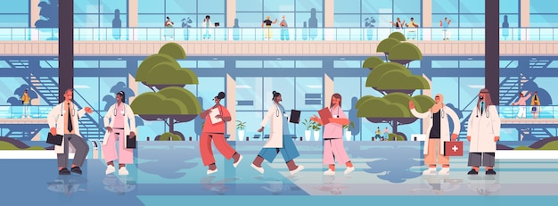 Médecins en uniforme debout ensemble mélanger l'équipe de travailleurs médicaux de course discutant lors de la réunion de la médecine de la santé concept extérieur du bâtiment de l'hôpital horizontal