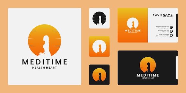 Méditation créative de conception de logo de yoga au lever de soleil