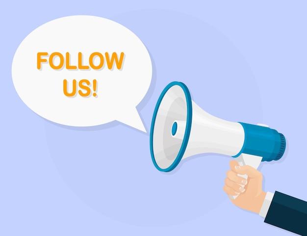 Mégaphone, haut-parleur en main humaine. bullhorn avec bulle de dialogue. suivez-nous bannière pour les médias sociaux