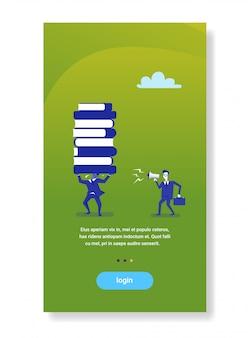 Mégaphone hurlant de patron d'homme d'affaires sur travailleur tenant des livres empilent le concept d'éducation commerciale