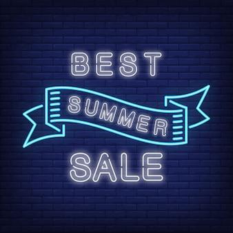 Meilleure vente d'été en style néon bleu. ruban agitant créatif sur le mur de briques bleu foncé. annonce lumineuse de nuit