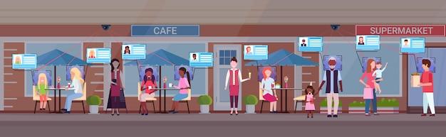 Mélange course gens relaxant café boutique clients identification facial reconnaissance concept sécurité caméra surveillance cctv système supermarché restaurant extérieur horizontal pleine longueur