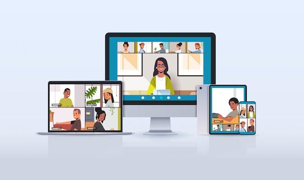 Mélanger les amis de la race lors d'une réunion par appel vidéo et du travail à domicile
