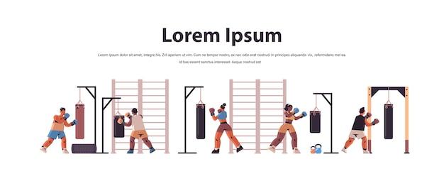 Mélanger les boxeurs de course faire des exercices avec sac de boxe formation mode de vie sain concept de boxe copy space