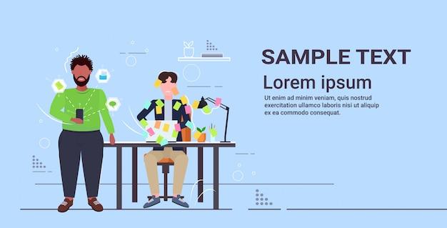 Mélanger les collègues surmenés travaillant ensemble à l'aide de l'application mobile recouverte de notes autocollantes planification d'entreprise concept de travail d'équipe horizontal copie espace complet