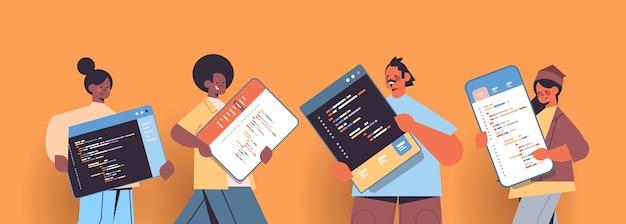 Mélanger les développeurs web de course créant le développement de code de programme de logiciel et l'espace de copie de portrait