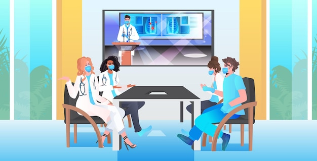 Mélanger l'équipe de médecins de course ayant des spécialistes médicaux de conférence virtuelle dans les masques discutant pendant un appel vidéo