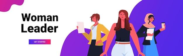 Mélanger les femmes d'affaires de course dans les vêtements de cérémonie les femmes d'affaires réussies le leadership meilleur concept de patron les employées de bureau debout ensemble portrait illustration vectorielle de l'espace copie horizontale