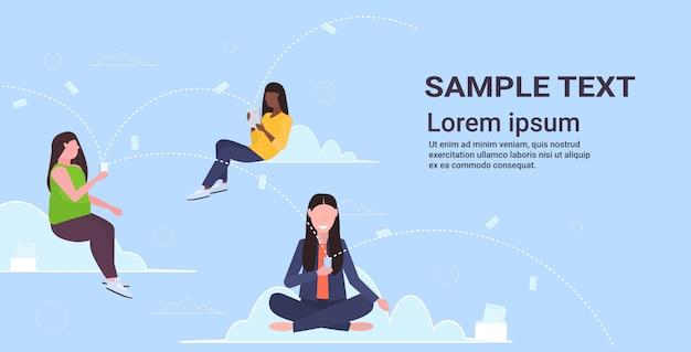 Mélanger les femmes à l'aide de smartphones télécharger du contenu à partir du serveur cloud en ligne de synchronisation des données de la technologie informatique concept de réseau espace copie horizontale pleine longueur