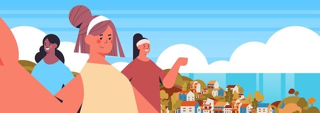 Mélanger les filles de course prenant selfie sur caméra smartphone femmes heureuses faisant auto photo vacances d'été concept paysage marin fond illustration vectorielle portrait horizontal