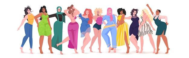 Mélanger les filles de race debout ensemble mouvement d'autonomisation des femmes union des féministes concept de journée des femmes illustration vectorielle pleine longueur horizontale