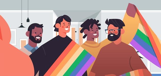 Mélanger les gays de race avec le drapeau arc-en-ciel prenant une photo de selfie sur l'appareil photo du smartphone transgenres amour communauté lgbt concept portrait illustration vectorielle horizontale