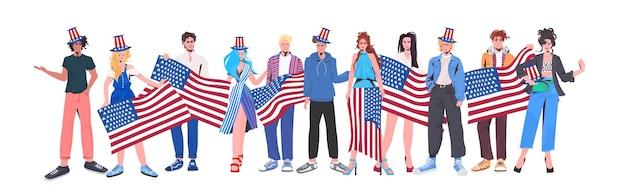 Mélanger les gens de la course dans des chapeaux de fête tenant des drapeaux des états-unis, bannière de célébration de la fête de l'indépendance américaine du 4 juillet