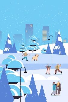 Mélanger les gens de race dans les masques s'amuser en hiver hommes femmes passer du temps dans le parc activités de plein air concept de quarantaine de coronavirus fond de paysage urbain pleine longueur illustration vectorielle verticale