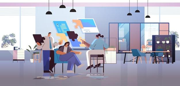 Mélanger les hommes d'affaires de course journée de planification de l'équipe rendez-vous sur les tableaux virtuels solution de problème de travail d'équipe réussie