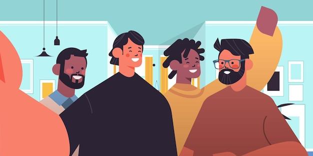 Mélanger les hommes de race prenant selfie sur smartphone caméra heureux gars faisant auto photo salon intérieur illustration vectorielle portrait horizontal