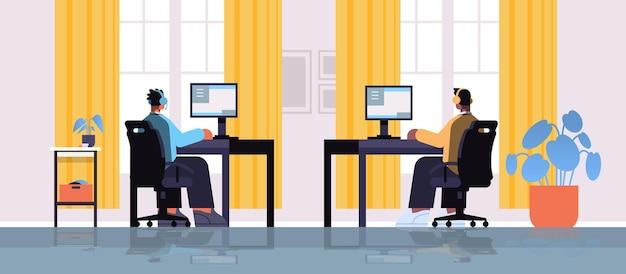 Mélanger les joueurs virtuels professionnels de course jouant au jeu vidéo en ligne sur les ordinateurs personnels salon intérieur illustration vectorielle horizontale pleine longueur
