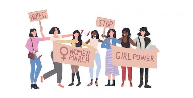 Mélanger les militants de la course qui protestaient en tenant des pancartes avec le signe du genre féminin démonstration féministe mouvement de puissance des filles protection des droits concept d'autonomisation des femmes pleine longueur horizontale