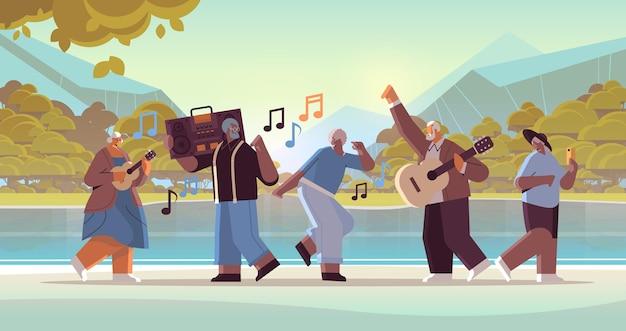 Mélanger des personnes âgées de race avec un enregistreur de blaster de basse dansant et chantant des grands-parents s'amusant un concept de vieillesse actif fond de paysage illustration vectorielle horizontale pleine longueur