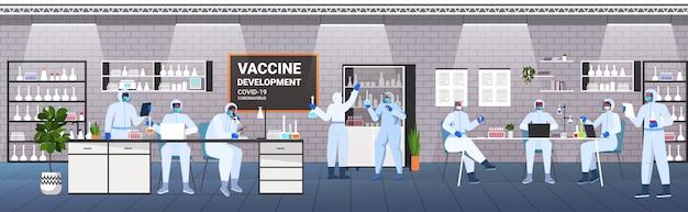 Mélanger les scientifiques de race développant un vaccin pour lutter contre l'équipe de chercheurs de coronavirus travaillant dans le concept de développement de vaccin de laboratoire médical illustration vectorielle horizontale pleine longueur