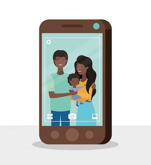 Membres de la famille afro mignon avec smartphone