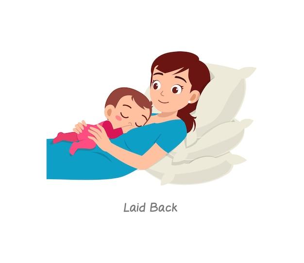 Mère allaitant bébé avec pose nommée décontractée