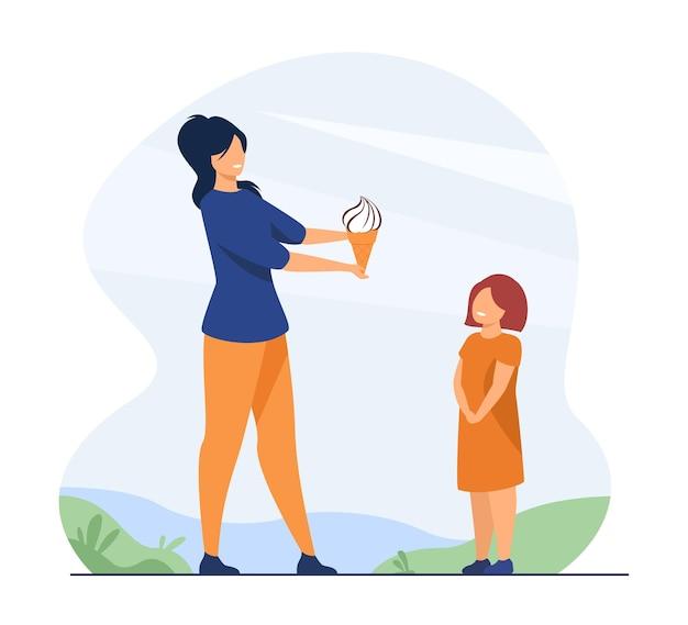 Mère et enfant marchant dans le parc. maman donnant de la glace à sa fille enfant