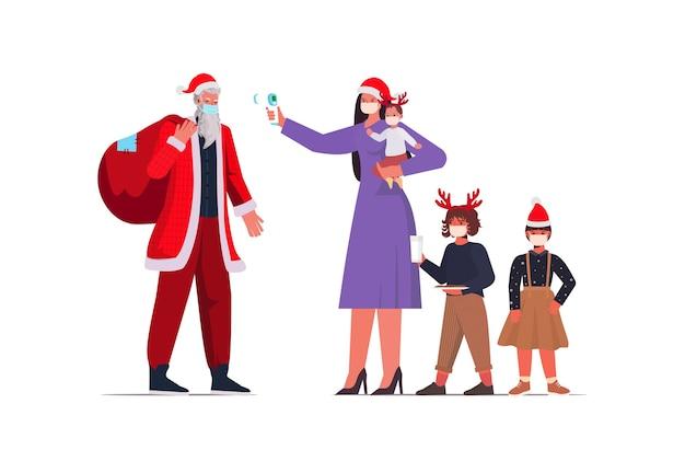 Mère avec enfants vérifie la température corporelle du père noël coronavirus quarantaine auto-isolement concept nouvel an vacances de noël célébration illustration pleine longueur