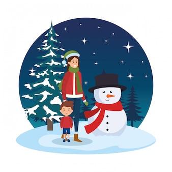 Mère et fils avec des vêtements de noël dans le paysage de neige
