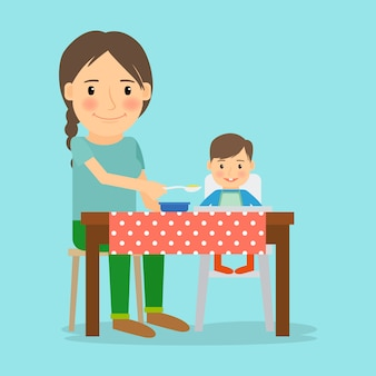 Mère nourrit son petit garçon