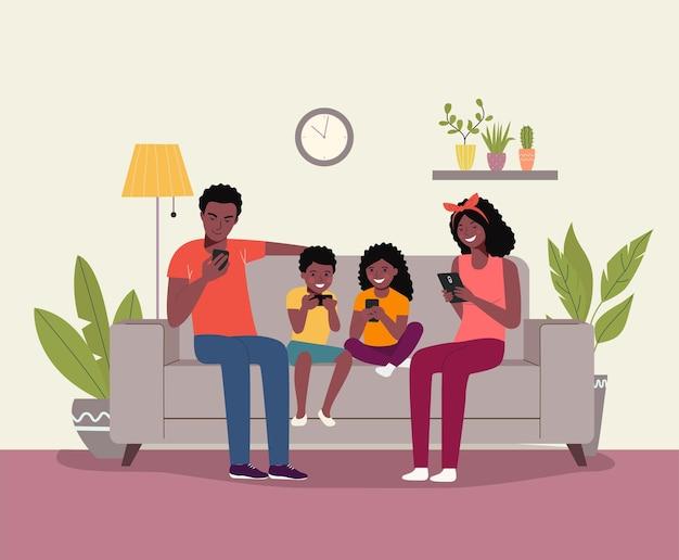 Mère et père avec enfants assis sur le canapé avec des smartphones.