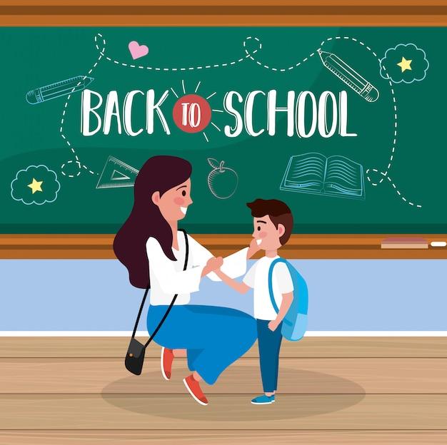 Mère avec son élève garçon et uniforme dans la salle de classe