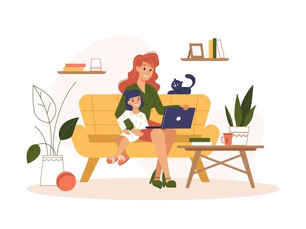 Mère travaille à la maison avec ordinateur portable bureau en ligne indépendant travail internet à distance
