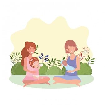 Mères mamans enceintes assises en train de lever des bébés