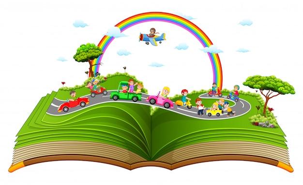 Le merveilleux livre de contes avec les enfants jouant dans la voiture