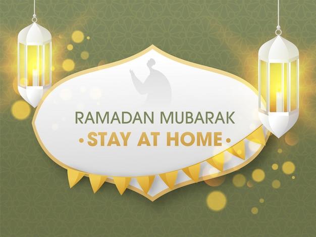 Message social pour rester à la maison au festival du ramadan moubarak avec des lanternes lumineuses suspendues sur fond de motif arabe vert.