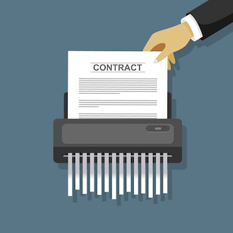Mettre à la main le papier contractuel dans la déchiqueteuse.