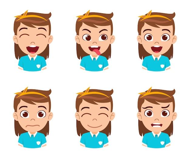 Mignon beau personnage de fille enfant montrant des émotions et différentes expressions faciales isolées avec un beau t-shirt bleu ciel
