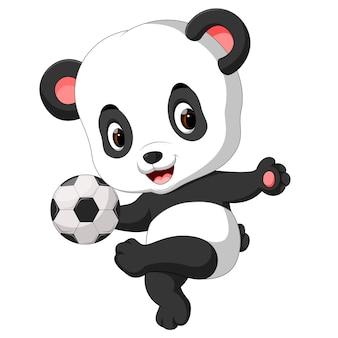 Mignon bébé panda jouant au football