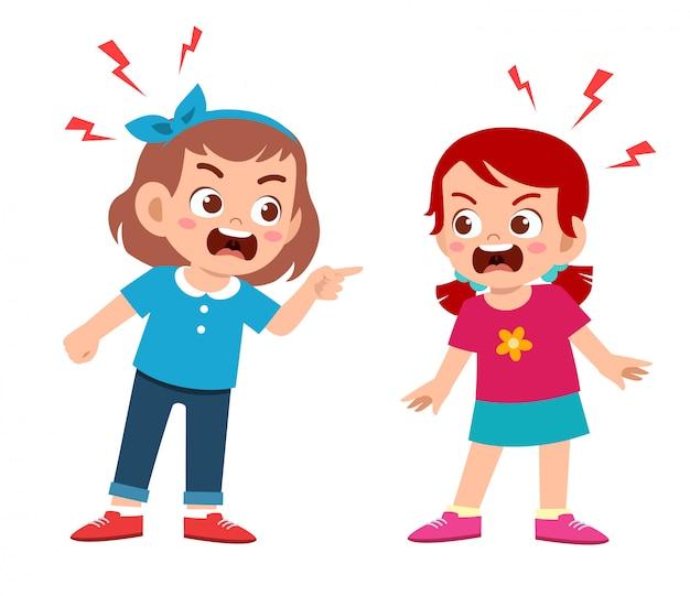 Mignon enfant garçon et fille se battent et se disputent