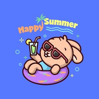 Mignon lapin brun sur une piscine flottante et boissant du jus et profitant de ses vacances d'été dans une piscine