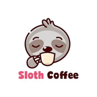 Mignon paresse boit une tasse de café cartoon logo
