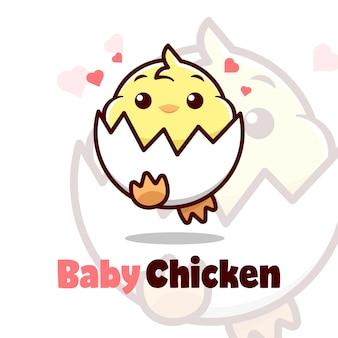 Mignon petit bébé poulet avec coque d'œuf