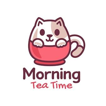 Mignon petit chat sur la conception de logo de tasse