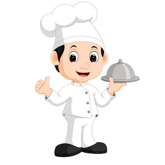 Mignon petit chef apportant la vaisselle